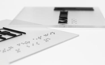 Türschild Abdeckung barrierefrei taktil braille