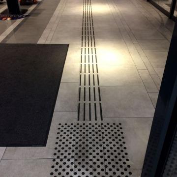 Fussbodenleitsystem Eingang ECE Bielefeld
