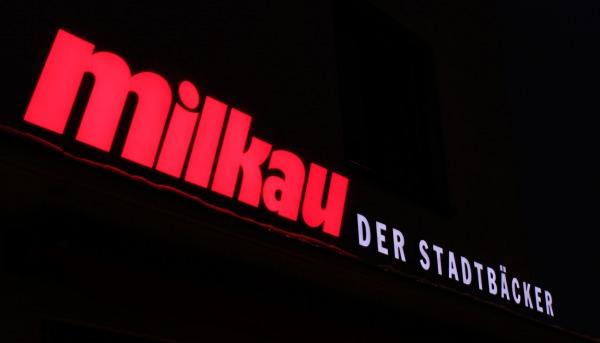 Tradition trifft Moderne: Bäckerei Milkau setzt auf LED-Lichtwerbung